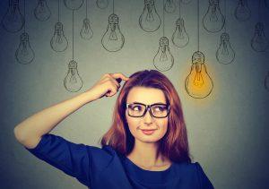 Hypnosegrundlagen: Frau erhellt durch Glühbirne; Wissen