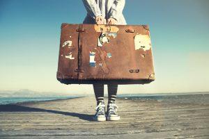 Befürchtungen: Frau mit Koffer wartet auf Abholung