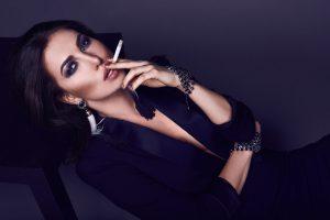 Attraktive Frau raucht Zigarette.Raucherentwöhnung