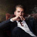 Mann raucht Zigarre mit Genuss