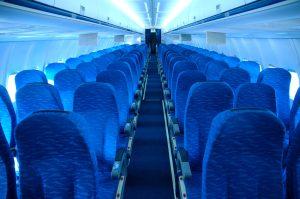 Flugangst mit Hypnose überwinden.Enge Flugzeugröhre, Sitzplatz an Sitzplatz